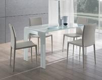 Mesa comedor rectangular de cristal templado curvado y sillas tapizadas ecopiel