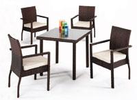 Mesa de ratán sintético cuadrada pequeña y cuatro sillones para exterior