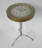 Mesa de metal con reloj
