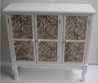 Mueble blanco de madera con 3 puertas