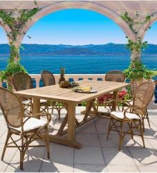 Las mesas de madera para exterior son de nuevo tendencia.