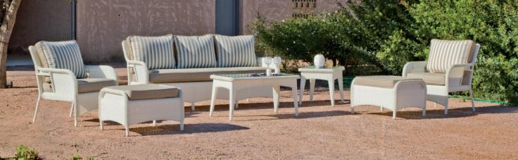 Set de sillones chill out - Set de muebles de exterior fabricados con fibra de color claro y con cómodos cojines para disfrutar del buen tiempo.