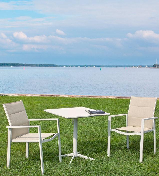 Conjunto mesita cuadrada y silla estructura acero y polirattan - Mesa verde sillas varios colores apilables