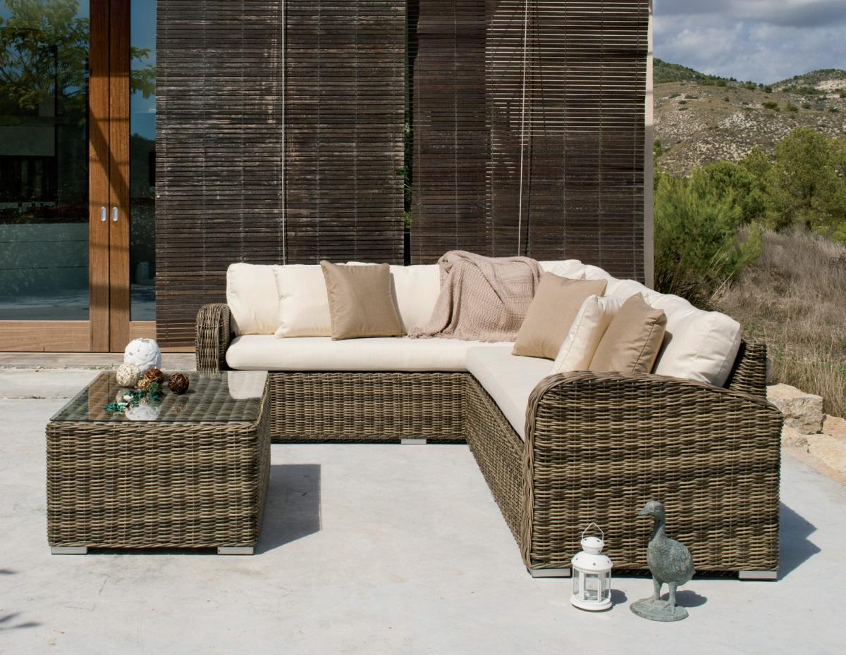 Conjunto de sofás de ratán para exterior 1 - Conjunto de distintas piezas de sillones para un ambiente exterior.
