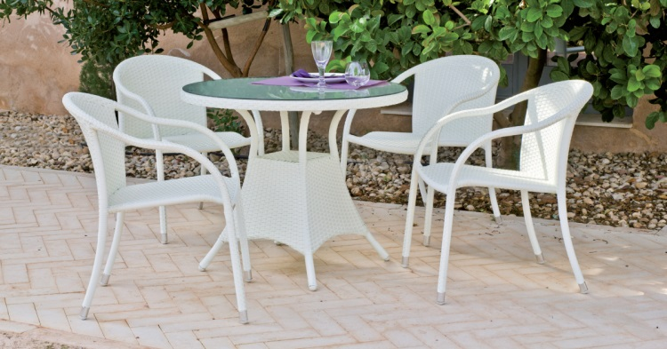 Mesa redonda para exterior con sillas - Set compuesto por una mesa redonda y 4 cómodos sillones con cojines tapizados en color blanco.