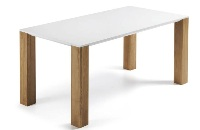 Mesa blanca con pies de roble