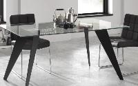 Mesa transparente con pies de acero