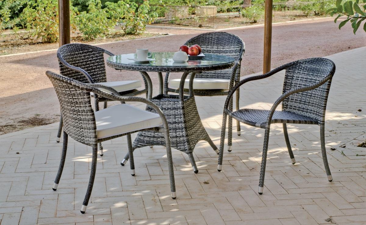 mesa redonda de exterior con sillas set formado por una mesa redonda con sillones
