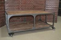 Mesa de centro industrial - Mesa de centro industrial, fabricado en Material: metal y madera envejecida con ruedas
