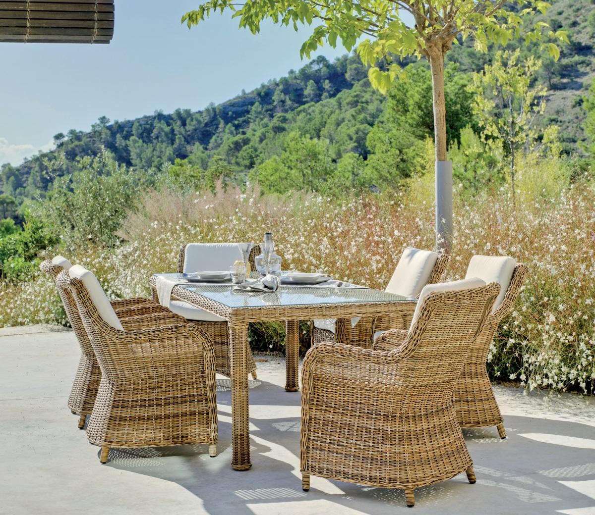 Mesa de ratan para exterior con sillones for Sillones de patio