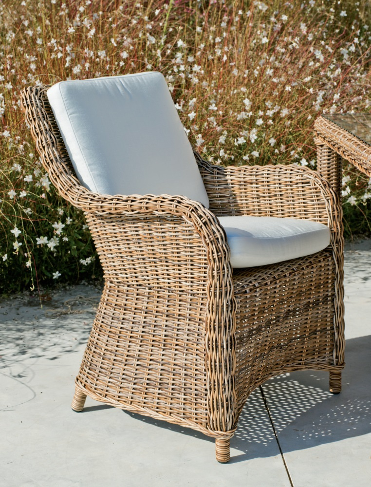 Mesa de ratan para exterior o sillones - Conjunto compuesto por una mesa rectangular, 6 sillones y sus correspondientes cojines.