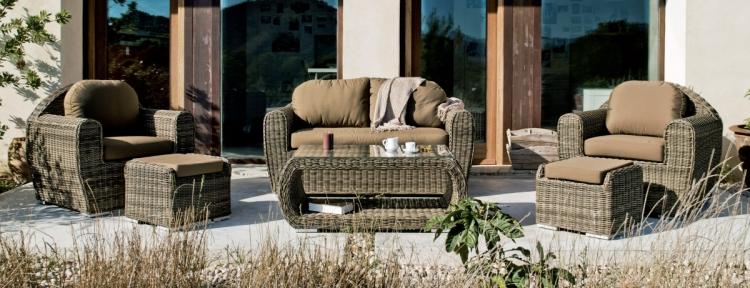 Conjunto de sofá de ratán para exterior - Conjunto de distintas piezas de sillones para un ambiente exterior.