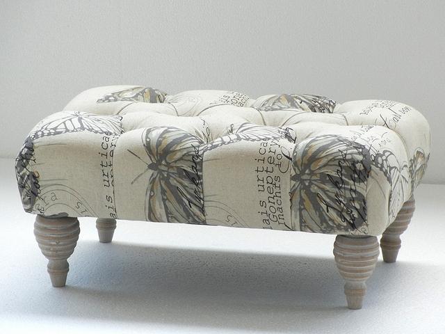 Banco tapizado de dise o caceres for Puff diseno moderno