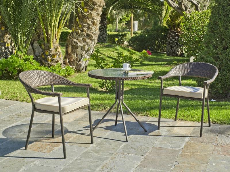 Set mesas y sillones rattan exteriores apilable for Sillones para exteriores precios