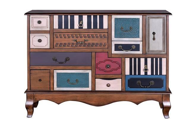 Mueble de madera bajo colorido