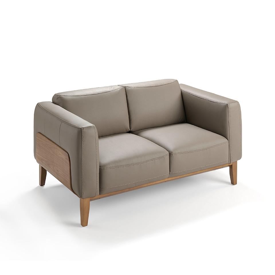 Sofa 5353 en piel y nogal - Sofa 5353, Sofa 2 plazas tapizado en piel, cuero vacuno color vison, con estructura en madera de Nogal.