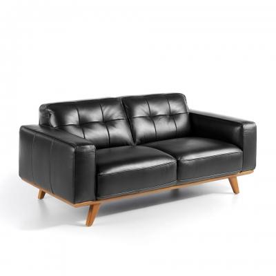 Sofá tapizado en piel con patas de madera maciza en color nogal