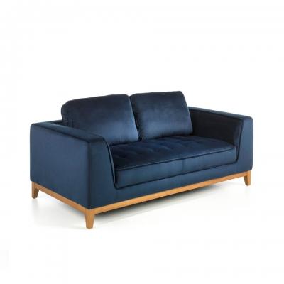 Sofá con patas de madera maciza tapizado en tela efecto terciopelo