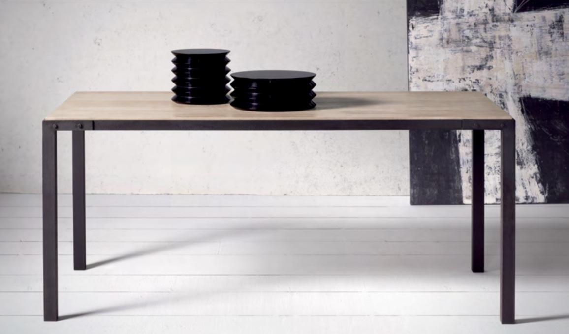 Mesa de comedor hierro y roble  Baladia - Mesa de comedor de hierro y roble.