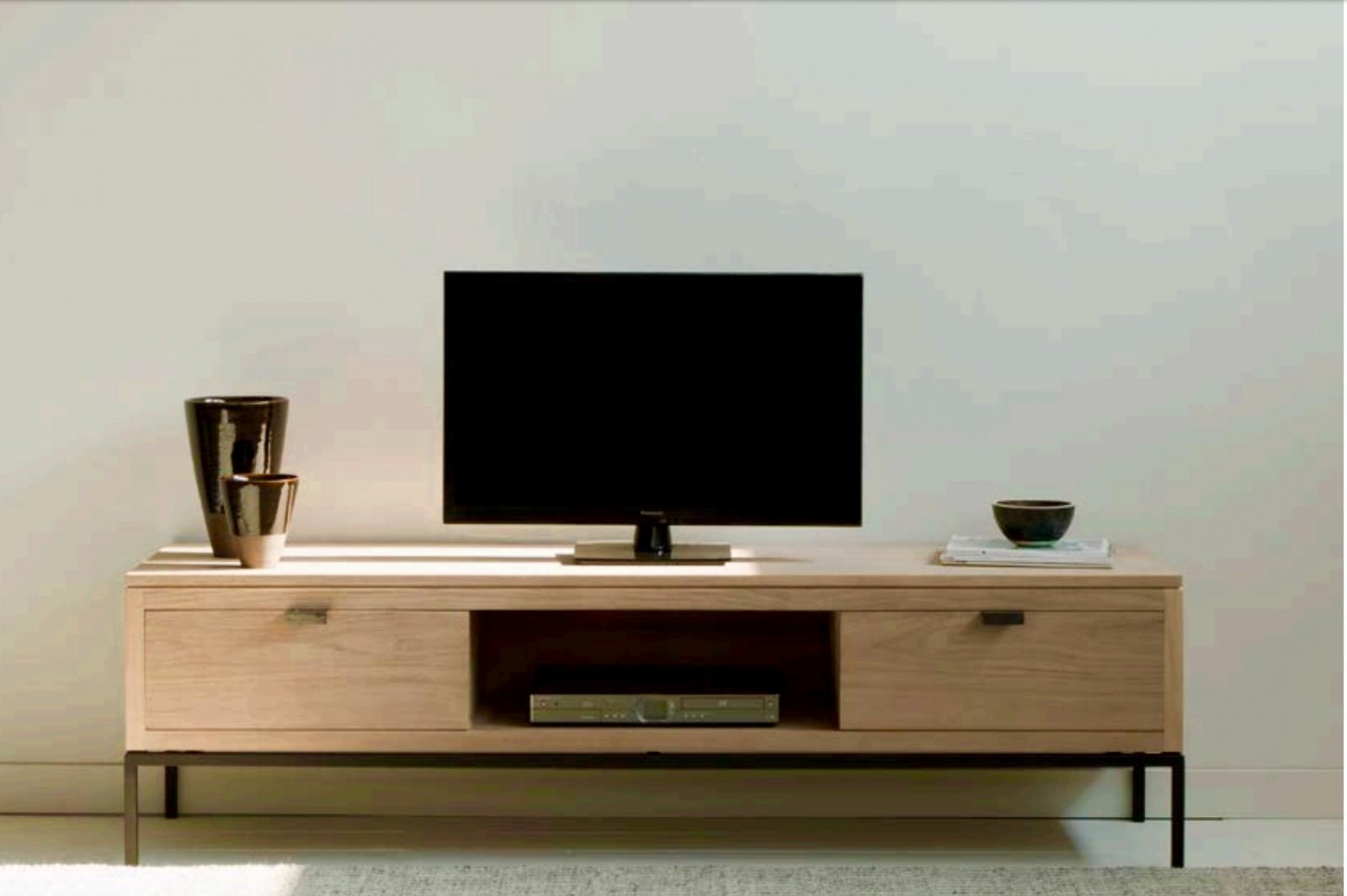 Mesa para televisión moderna de teca con patas de hierro - Mesa para televisión moderna, de teca color claro y patas de hierro.
