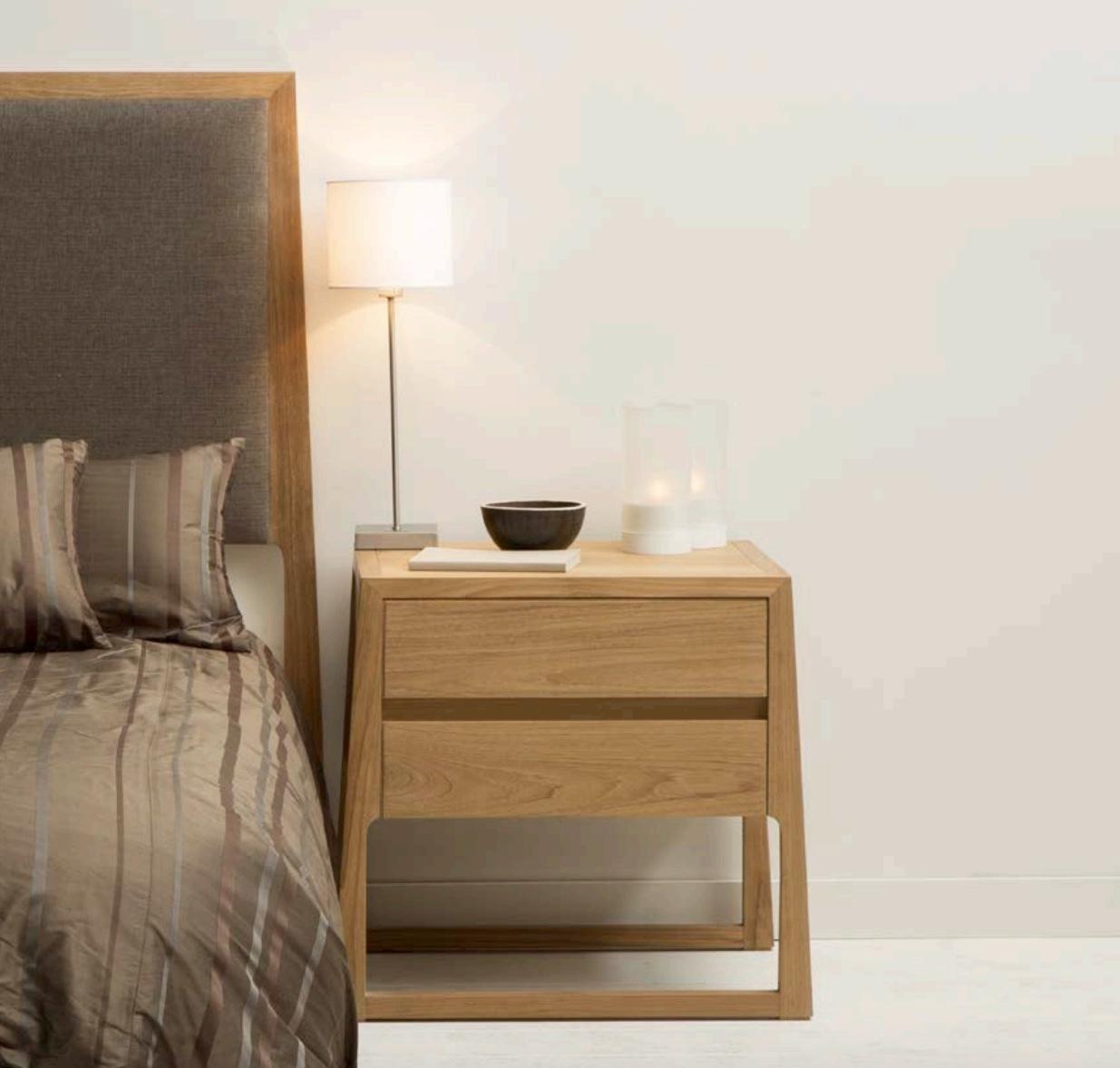 Mesa de noche de tecla color claro  - Mesa de noche de madera de teca  con un tono claro.