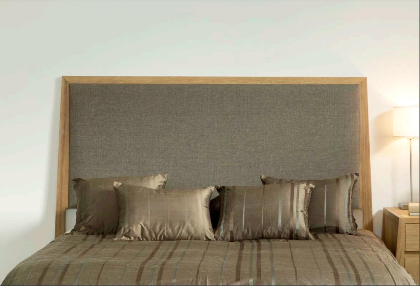 Cabecero tapizado color gris y teca tono claro  - Cabecero tapizado color gris y teca tono claro.