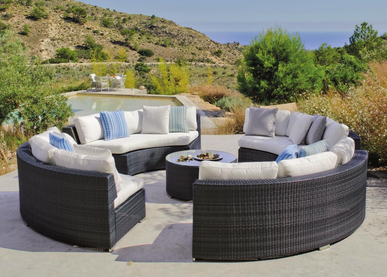 Set circular de sofás de exterior  - Set compuesto por 4 sofás formando un círculo y mesa de centro