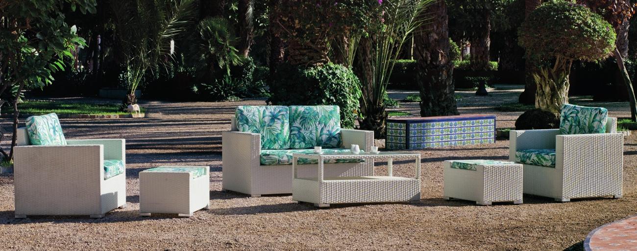 Sofa de exterior Tuscan 7 - Set de muebles de exterior fabricados con fibra de color claro y con cómodos cojines para disfrutar del buen tiempo.