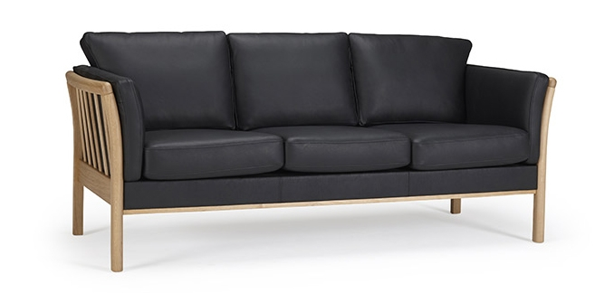 Sofá Aya - Diseño de sofá danés tradicional con brazos de listón de madera de roble lacado sólido y elegante costura de capa en los cojines / Marco y patas de roble lacado sólido / Disponible en todos los textiles y pieles