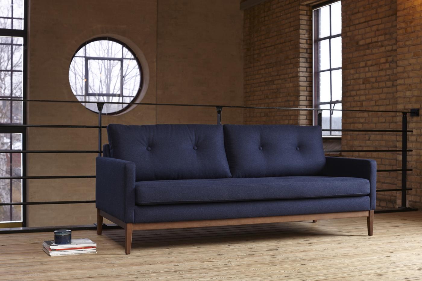 Sofá Finn - El fabricante danés Kragelund crea asientos con una gran comodidad y un aspecto distintivo. Los sofas de Kragelund, con su encanto escandinavo, están hechos para sentirse bien.