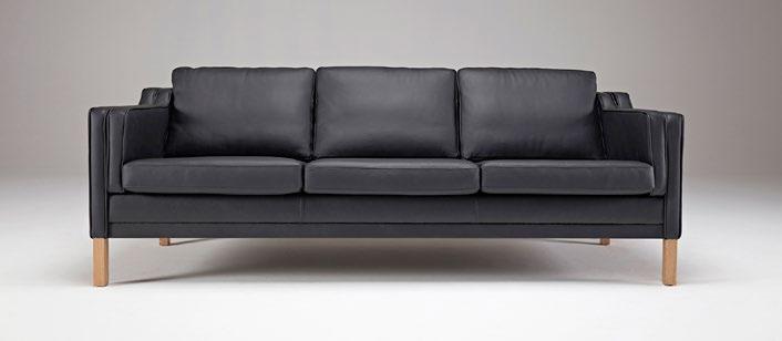 Sofá Mia - El fabricante danés Kragelund crea asientos con una gran comodidad y un aspecto distintivo. Los sofas de Kragelund, con su encanto escandinavo, están hechos para sentirse bien. Brazos tapizados / Piernas de roble lacado sólido