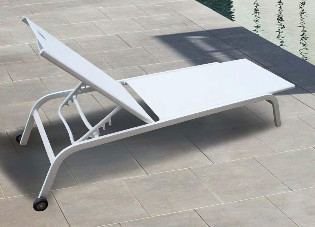 Tumbona Marbella - Tumbona apilable con ruedas, fabricada en aluminio y textilene blanco.