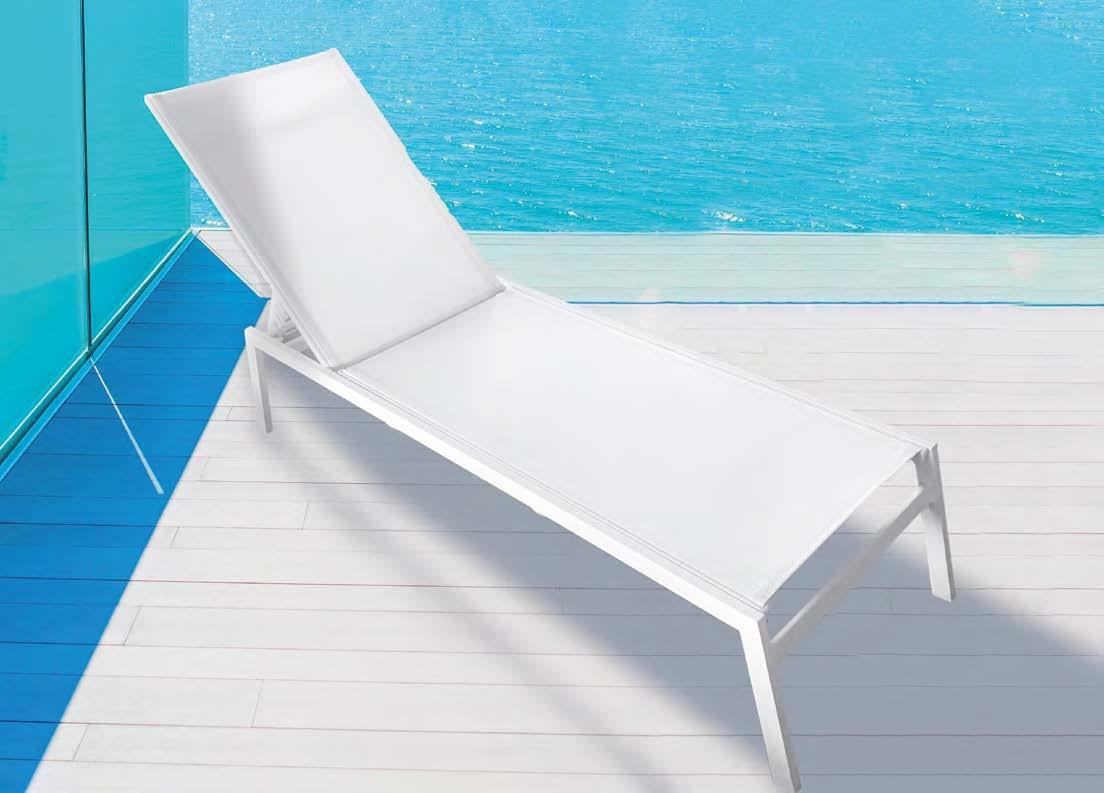Tumbona Tarifa - Tumbona apilable fabricada en aluminio de color blanca y textilene del mismo color.