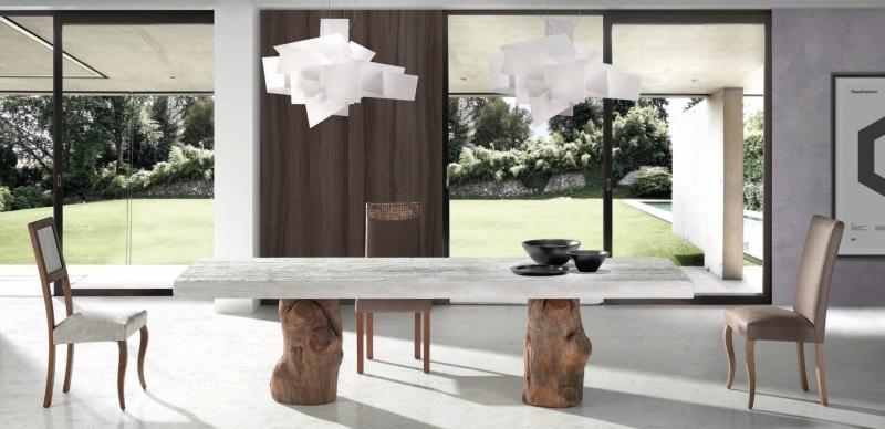 Mesa de comedor con tapa de robre y patas de tronco - Mesa de comedor con tablero en madera de robre viejo y patas de tronco natulares