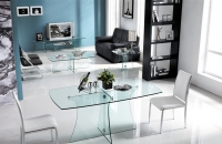 Mesa de comedor, TV y centro de cristal