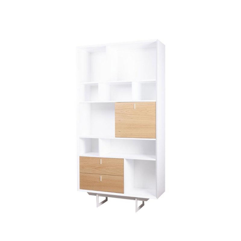Libero alto PORTO - Librero alto de gran capacidad de almacenaje, dentro de la colección de estilo nórdico Porto. Fabricado en DM lacado blanco y frentes en chapa natural de madera de roble.