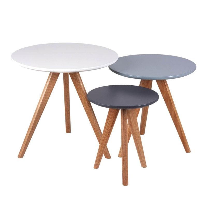 Set Lucio Mesas centro - Juego de 3 mesas de centro redondas en colores muy actuales: blanco. azul y gris. Fabricadas en DM lacado y con patas de madera de hevea.