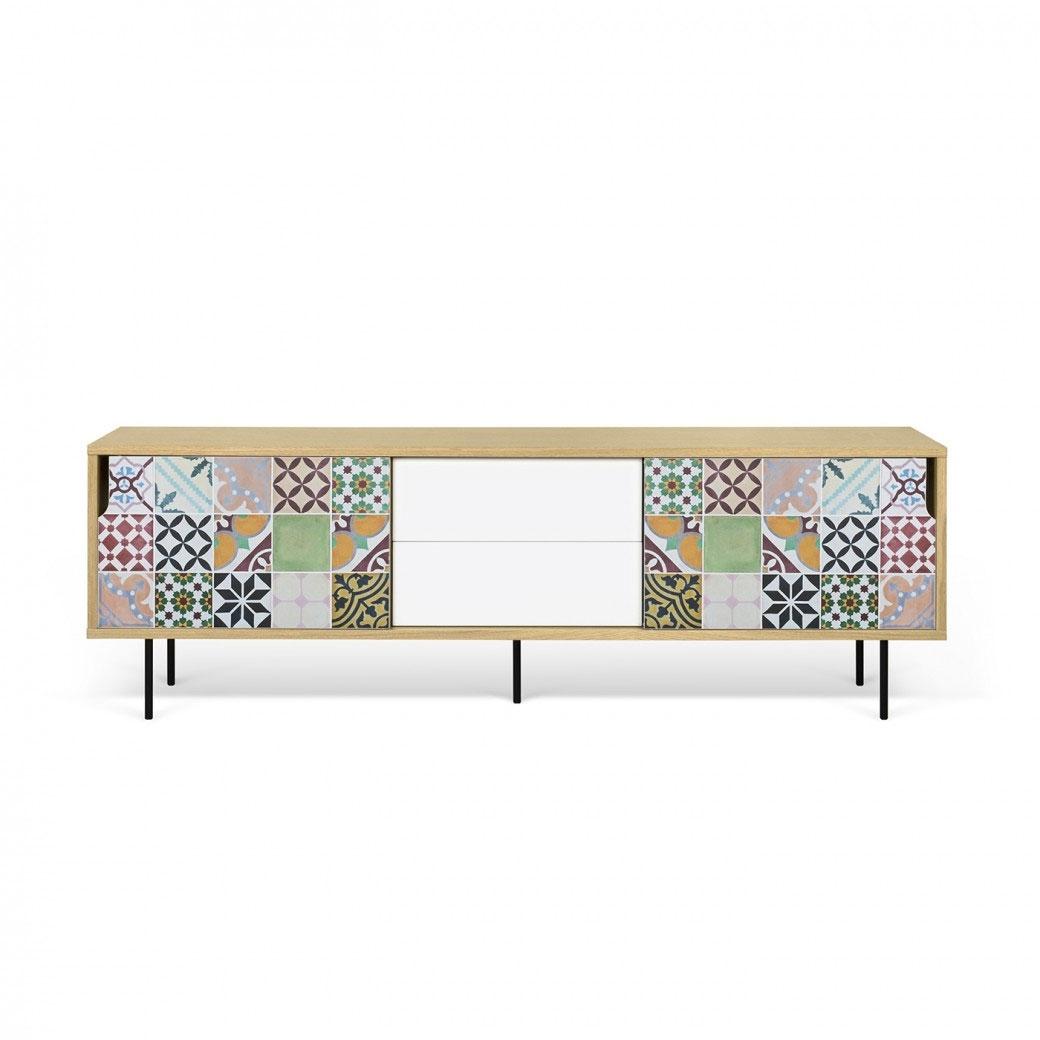 Aparador o Mesa de TV Dann Patchwork - Aparador o Mesa de TV Dann Patchwork, Aparador de tres gabinetes enchapados con cajones y un colorido patrón de vinilo aplicado en las dos puertas.