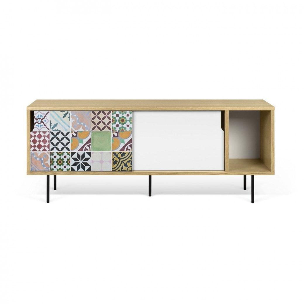 Aparador Dann - Patchwork - Aparador Dann - Patchwork, Dos gabinetes de mesa de TV enchapados con una puerta blanca y un patrón de vinilo de colores aplicados en la otra, y un compartimiento de almacenamiento extra abierto.