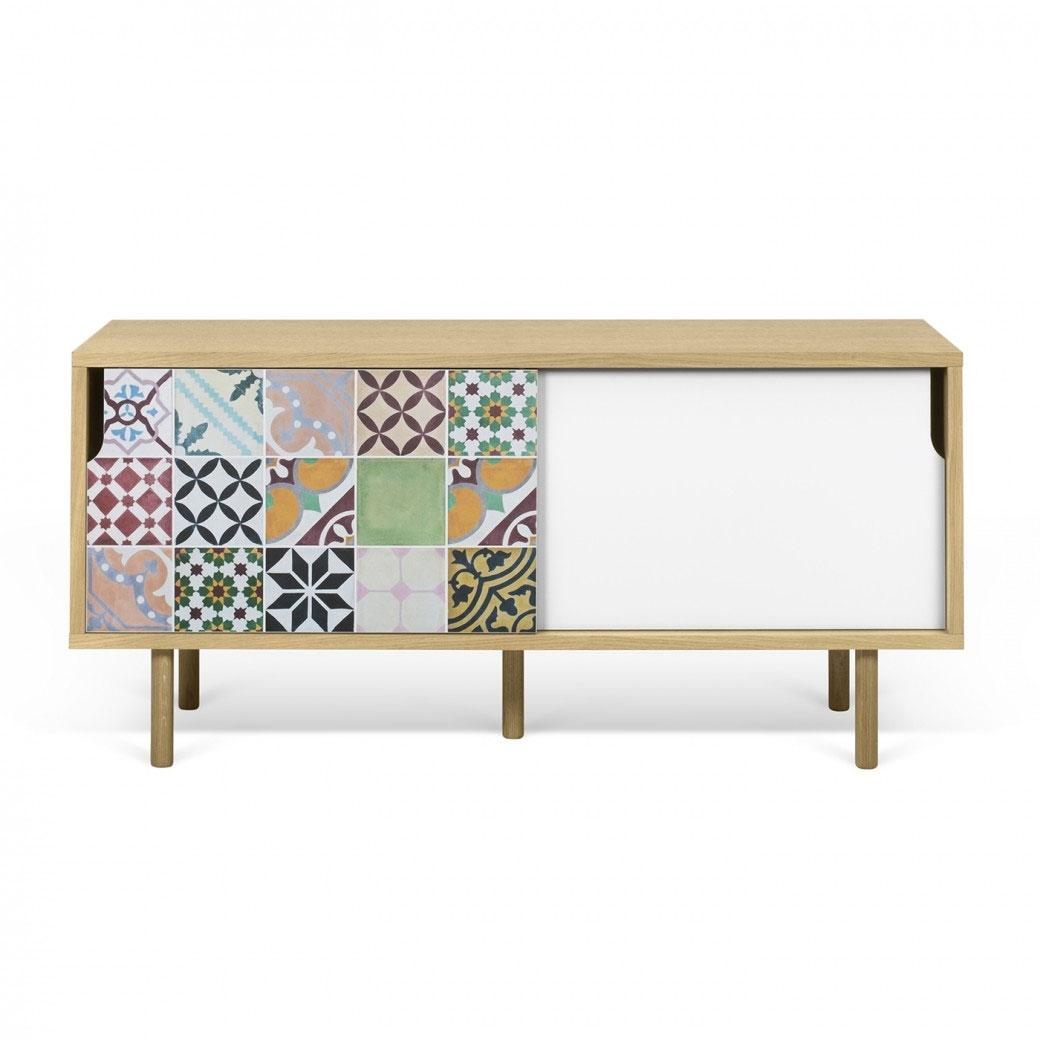 Mesa de TV Dann Patchwork - Mesa de TV Dann Patchwork, Dos gabinetes de mesa de TV enchapados con una puerta blanca y un patrón de vinilo de colores aplicados en la otra.