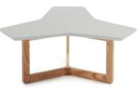 Mesa de centro con estructura triangular chapada en nogal - Sobre en tablero de fibra de madera lacada mate