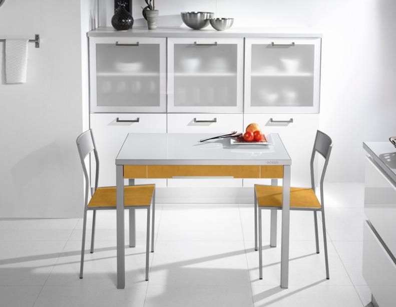 Mesa extensible aspecto robusto de madera for Mesa con cajones para cocina