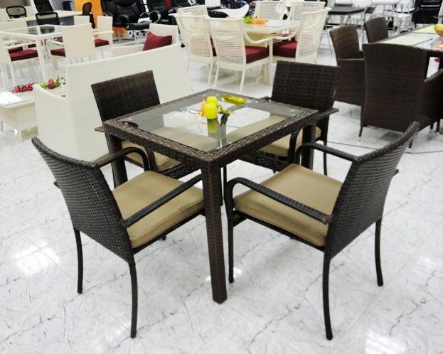 Mesa y 4 sillas de exterior