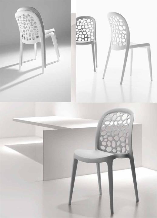 sillas blancas grises