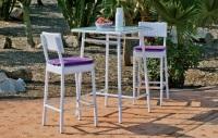Set mesa bar exterior con sillas - Set compuesto por una mesa alta estilo bar, 2 sillas y dos cojines de color morado.