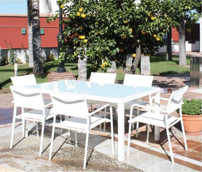 Set de mesa para exterior con sillas - Set de mesa rectangular de exterior con sillas apilables y una mesa cuadrada.  Los precios se muestran por separado.