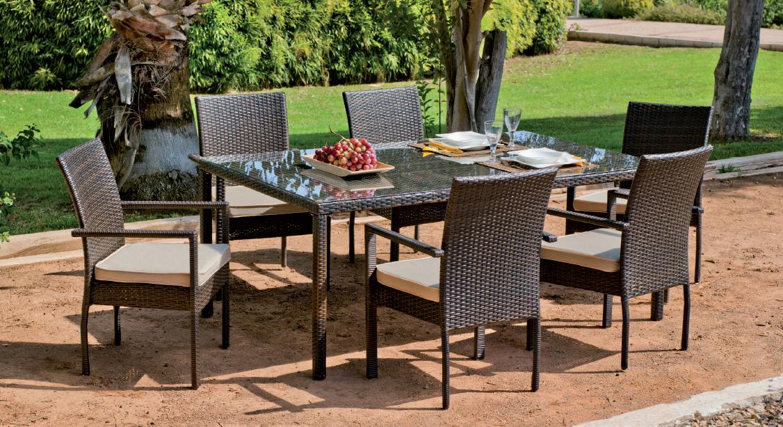 mesa de ratn sinttico rectangular y cuatro sillones apilables de poliratan cuenca